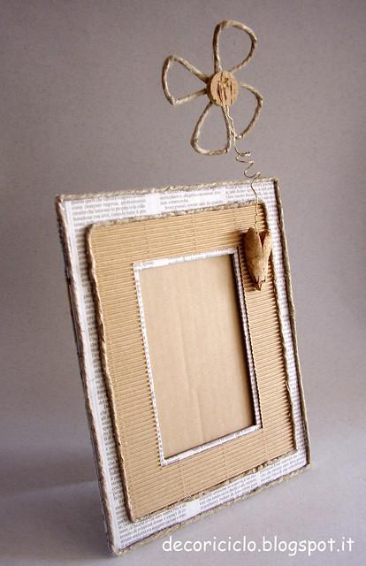 portafoto di cartone, carta giornale, cartoncino, sughero, metallo e spago 2
