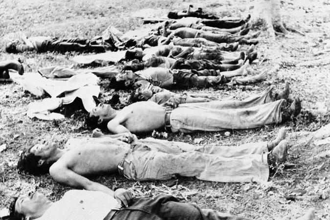 """1982年5月,瓜地馬拉北部20名村民遭到殺害,政府軍隊聲稱是左翼游擊隊所為,然而其餘倖存者表示由美國政府支持的軍方才是兇手。(圖片來源:<a href=""""www.opensocietyfoundations.org/voices/guatemala-cross-roads-search-justice"""">Open Society Foundation</a>)"""