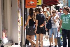 Meisjes lopen winkel in