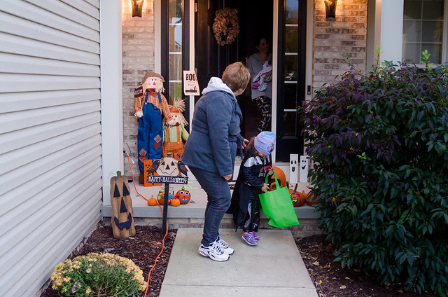 20161031-Trick-or-Treat-with-Grandma-0411