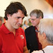 Justin speaks with local supporters in Whitehorse. / Justin discute avec des sympathisants de Whitehorse.