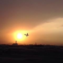 夕陽を行く飛行機