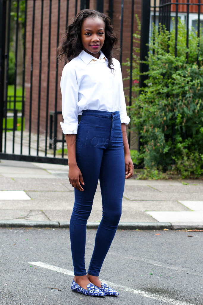 gold necklace, white shirt, dark blue high waisted jeggings, zara slippers, slippers