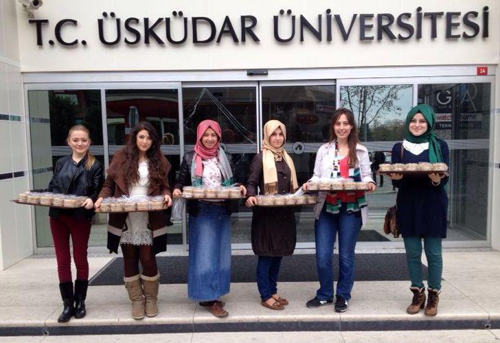 Üsküdar Üniversitesi öğrencileri, komşularına aşure dağıttı