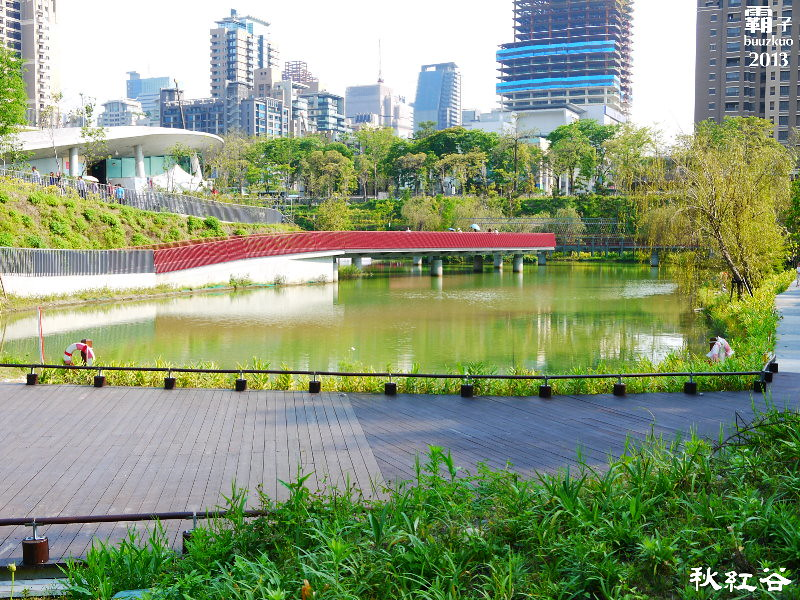 11268092834 6336e18abc b - 秋紅谷廣場,獨特的下凹式生態景觀公園,台中新一代的熱門景點。