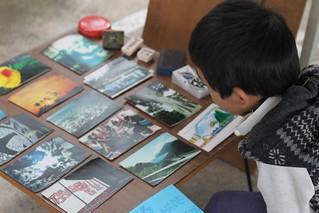 參與的孩子觀看貓公部落手作明信片 地球公民提供