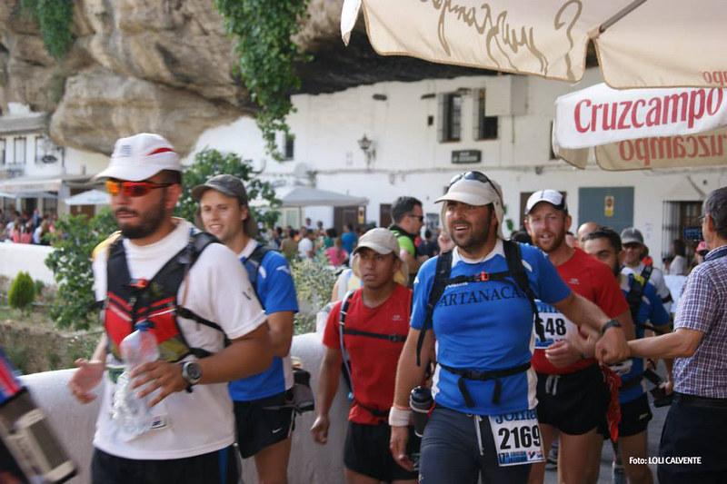 Los corredores contaron con un pasillo humano de apoyo. En esta imagen vemos a dos