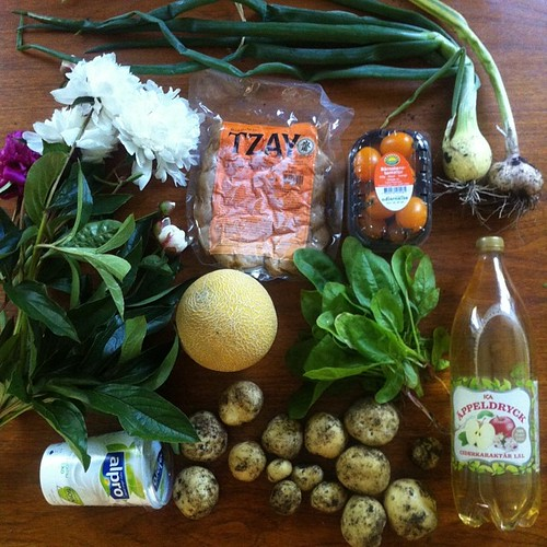 Tzay med lite plock från kolonin: färskpotatis, vitlök, gul lök, spenat och pioner. #vadveganeräter #vegomiddag #veganse #vegan