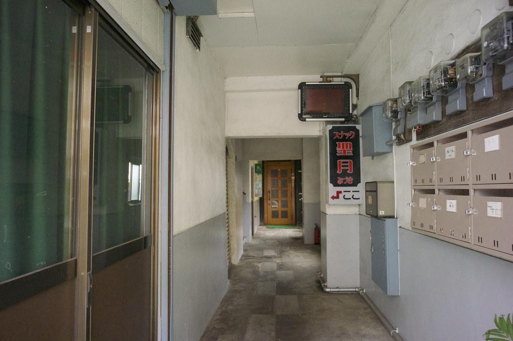 スナックのある廊下