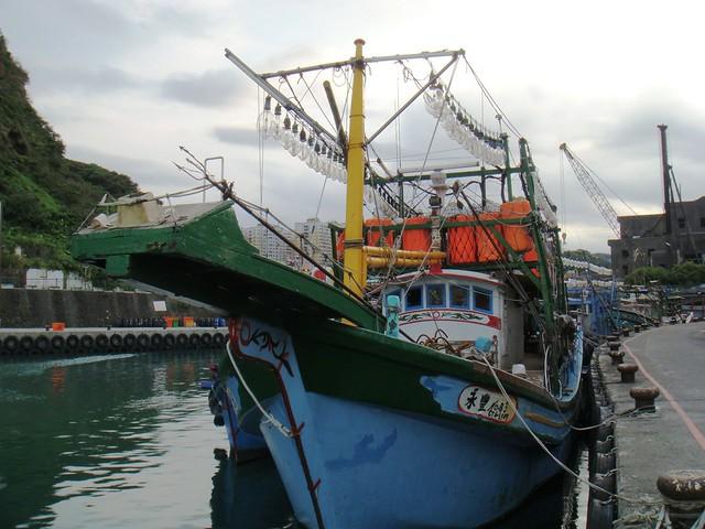 半個世紀前,基隆和平島曾有七、八十艘鏢旗魚船在近海巡航作業的盛況,每天都有數百尾旗魚在魚市場上待價而沽,顯見當時的漁業資源相當豐富;然而,現在「一整年只抓到2尾」漁民無奈地表示。面對資源枯竭的窘境,已迫使許多漁船改變漁法,例如在船身高掛許多燈泡,利用夜晚聚魚以捕捉小卷的棒受網,有些鏢旗魚台則已被默默地卸下,象徵鏢旗魚業已逐漸式微。(圖片攝影:牧鄉)