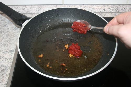 28 - Tomatenmark hinzufügen / Add tomato puree
