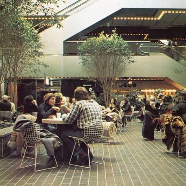 Lunch at Citicorp Center, 1980. I love all if this. #Bertoia #shagrug #HughStubbins #shopping #lunch #Conrans