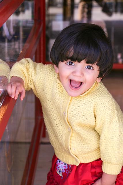 Lovely smiling girl in Naqsh-e Rustam, near Shiraz ナグシェ・ロスタムにいた笑顔の少女