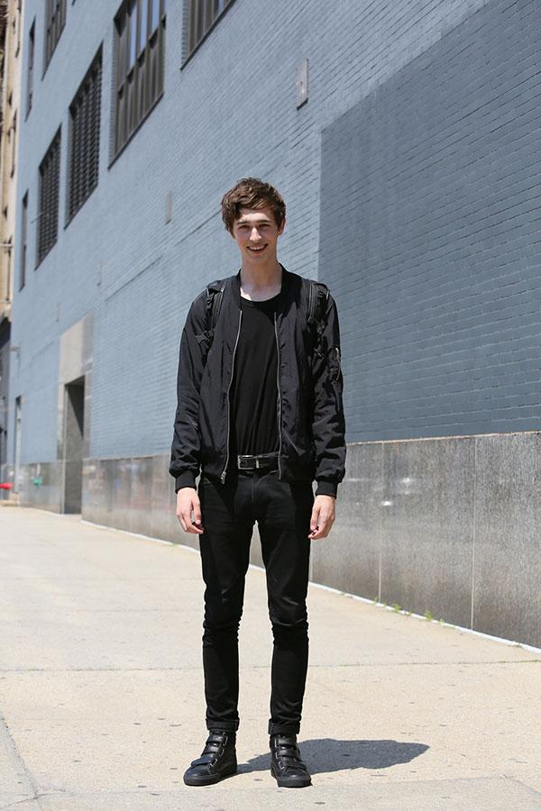 黒MA-1×黒無地Tシャツ×黒パンツ×黒ハイカットベルクロスニーカー