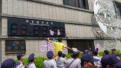 聲援民眾將豬頭貼在經濟部外牆