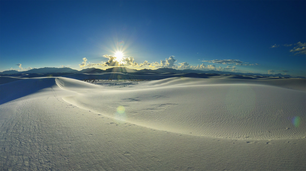 太陽に照らされるホワイトサンズの真っ白な砂丘