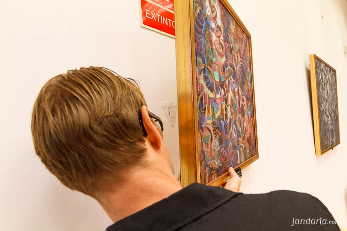 Rafa Pastor colgando un cuadro en la exposición Los Engranajes del Tiempo. Torrox, 30 agosto 2013.