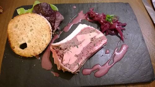 Terrine de lièvre maison et copeaux de foie gras à l'huile de noix