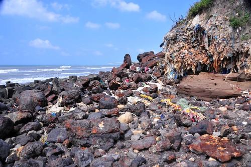 填海造島的材料,會用對環境有危害的事業廢棄物嗎?圖為新竹鳳鼻隧道事業廢棄物。攝影:黃俊男
