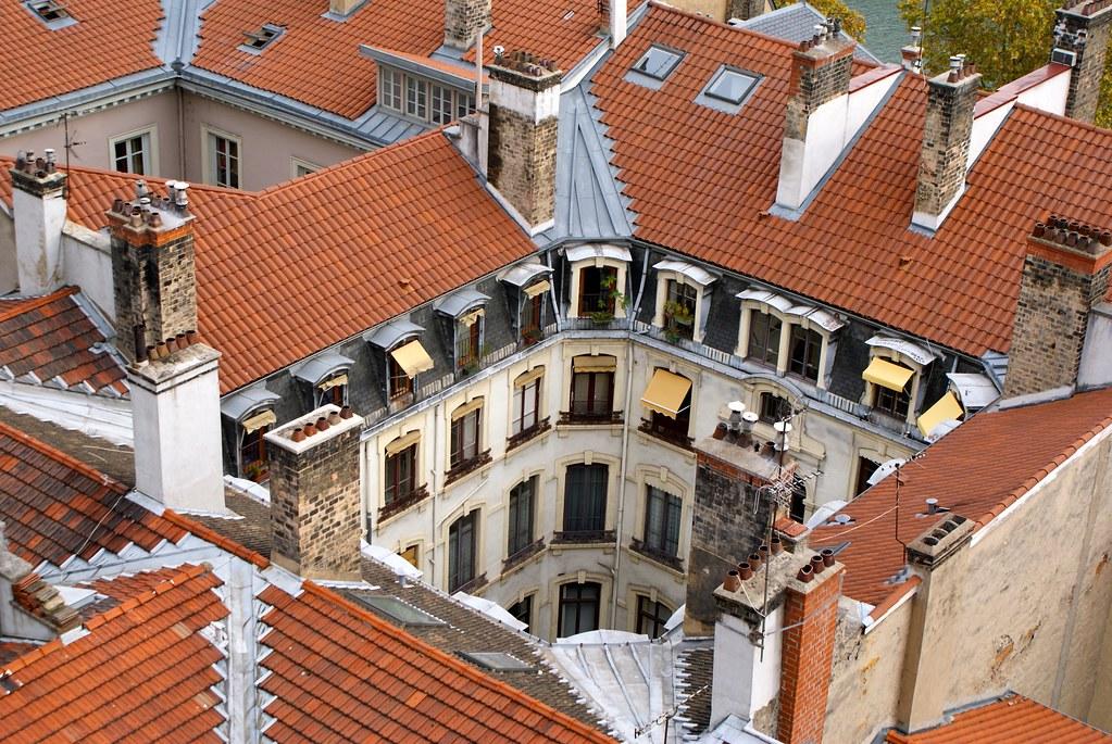 > Vue sur les cours d'immeuble depuis le parc des Chartreux à Lyon.