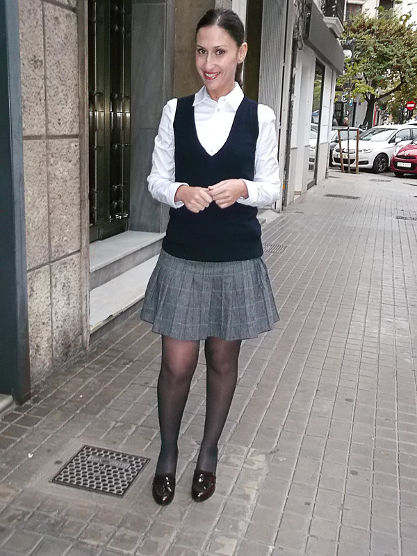 Preppy, mini de cuadros, ir al cole, mocasines burgundy, camisa blanca básica, chaleco de punto azul, Bolso burgundy, abrigo preppy gris, mini skirt, going to school, preppy burgundy loafers, basic white shirt, blue knitted vest, Burgundy bag, preppy grey coat, zara, mango, calzedonia, Massimo dutti, bimba & loa, naf naf
