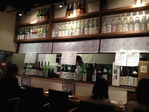 日本酒がずらりの店内@居酒屋 うまいもん