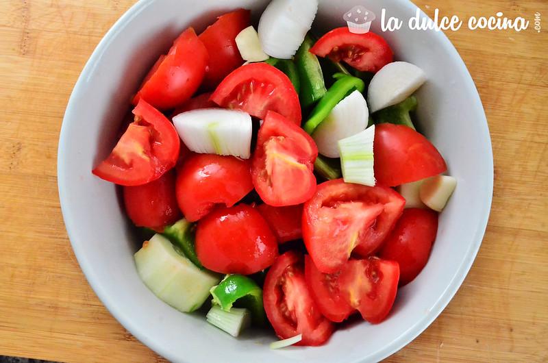 Trocea los ingredientes del gazpacho para batir posteriormente