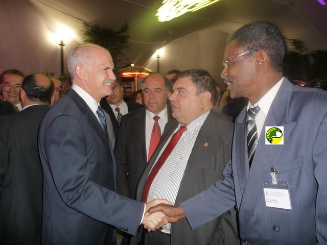 Brahim Ould Boihy serrant la main à M. Georges Papandreou alors Premier ministre Grec. Paris, novembre 2010. DR KASSATAYA