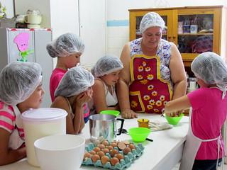 Oficina de culinaria acontece no Lar da Menina uma vez por semana. POR CLAUDIA TAINA DOS SANTOS