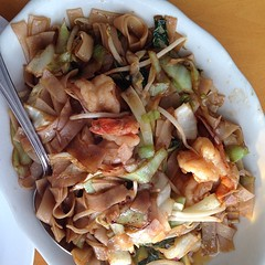 Nyat Kaukswe Gyaw ~ stir fried rice flat noodle, cabbage, mustard, bean sprout, chili sauce and shrimp ... YUM!
