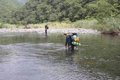 巡山護管工作都需跋山涉水,危險性高於一般工作數倍,卻缺乏相關的福利與保險。(圖片來源:林務局)