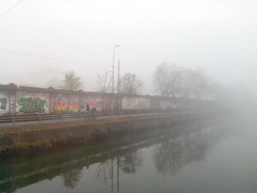 Nebbia densa sul Naviglio Grande by Ylbert Durishti