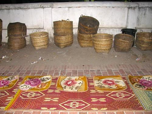 Puestos para la ronda limosnera de monjes en Luang Prabang