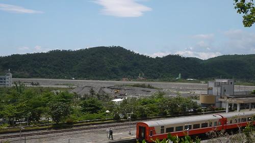 從高處看,立原砂石場緊鄰火車站與住宅區。攝影:賴品瑀。