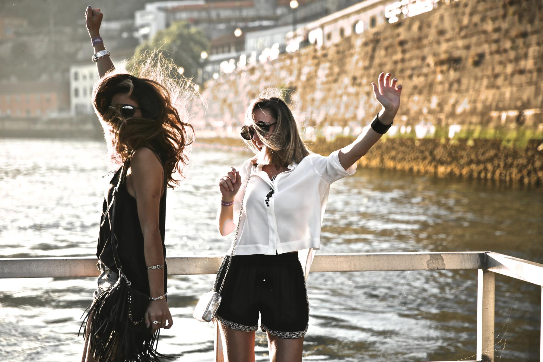 trendy_taste-look-outfit-street_style-ootd-blog-blogger-fashion_spain-moda_españa-salsa_jeans-dior_gafas-bolso_flecos-fringes_bag-khaki_shorts-shorts_caqui-grey_tee-camiseta_gris-verano-porto-portugal-16