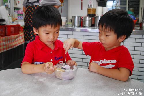 很專心吃冰的兩兄弟