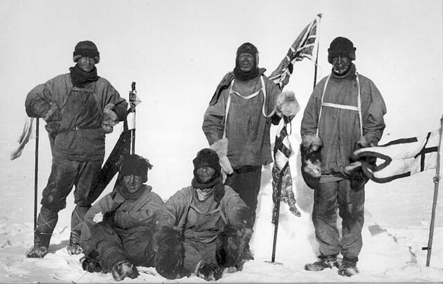 Τα μέλη της Terra Nova Expedition. Από αριστερά: Wilson, Scott, Oates (ορθ), Bowers, Edgar Evans (καθ.)