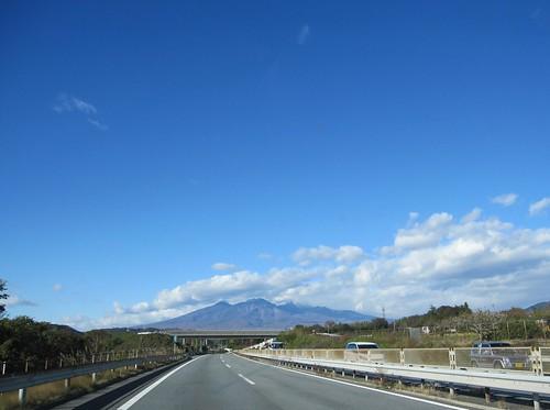 八ヶ岳連峰が見えてきました(中央道の車の中から) 2013.11.13 by Poran111