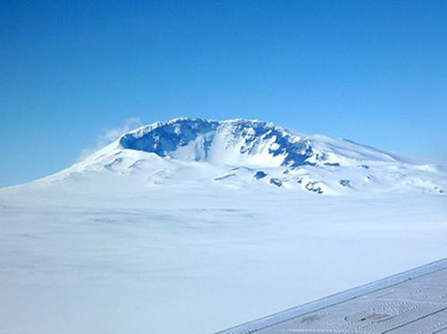Под антарктическими ледниками найден действующий вулкан