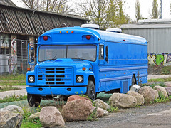 Der blaue Bus auf dem Reichsbahnausbesserungswerksgelände in der Revaler Straße in Friedrichshain