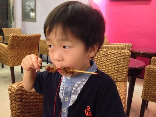 勛弟吃烤肉串