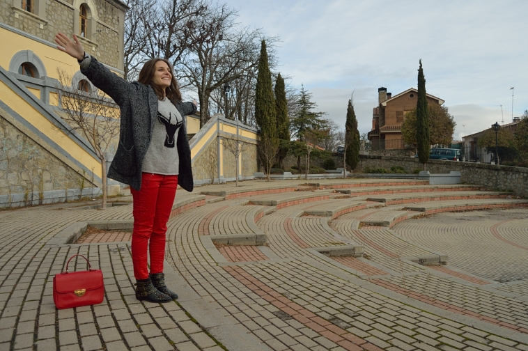 lara-vazquez-madlula-style-fashion-style-chic-red-trousers-grey-sweater