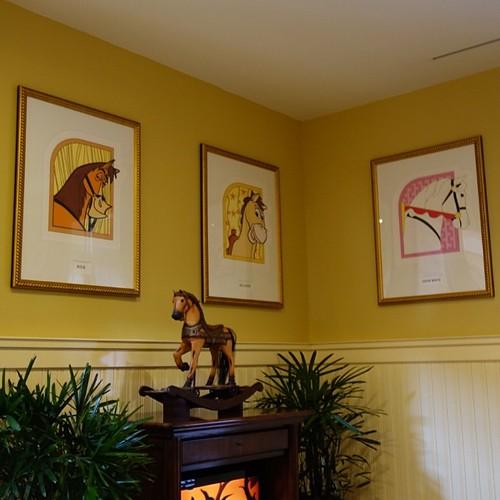 ディズニー映画の馬たちが飾られてる。