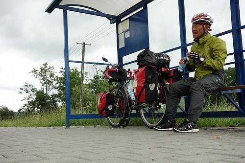 バス停で休憩