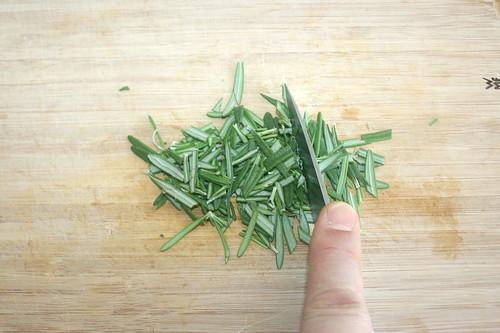 22 - Rosmarin-Nadeln grob zerkleinern / Mince rosemary needles