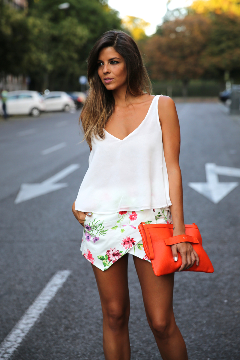 trendy_taste-look-outfit-street_style-ootd-blog-blogger-fashion_spain-moda_españa-sandalias_plateadas-silver_sandals-flower_print-falda_flores-top_blanco-5