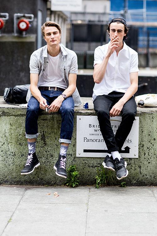 半袖シャツ×デニムパンツにブーツ&スニーカー