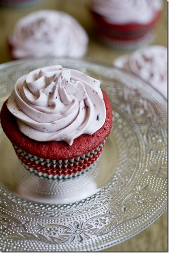 Red-Velvet-Cupcakes-w-Blueberry-Cream-Cheese-Icing-5_thumb