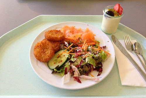 Frischer Sommersalat mit Räucherlachs & Röstis / Fresh summer salad with smoked salmon & swiss hash browns