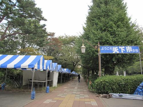 国立「天下市」のテント張り準備中 2013.10.31 by Poran111
